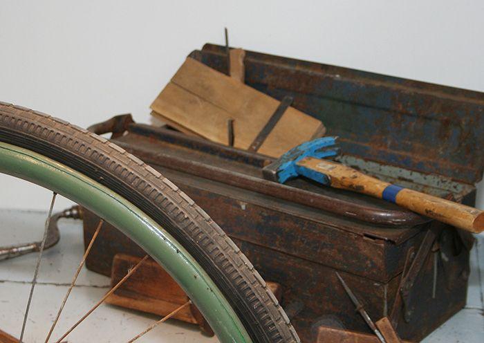 Näyttelyssä on esillä hyvin arkisia esineitä aina polkupyörästä vasaraan.  Oulu (Finland)