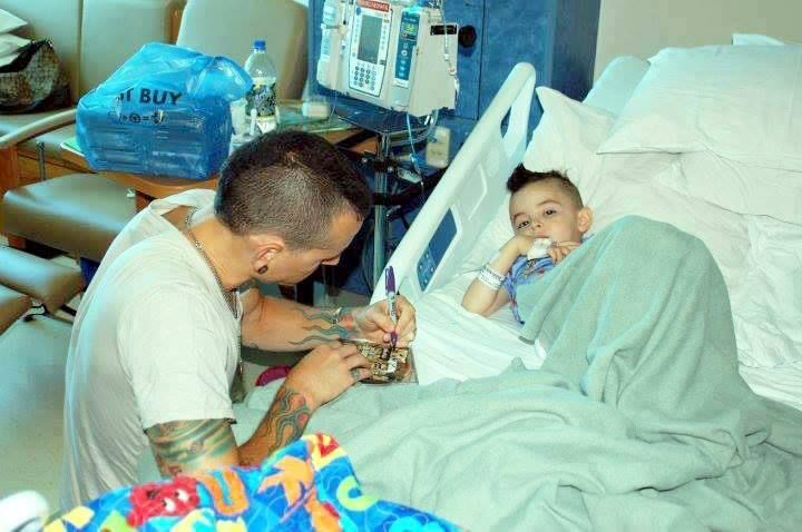 CHESTER BENNINGTON giving his autograph to a hospitalized child :)
