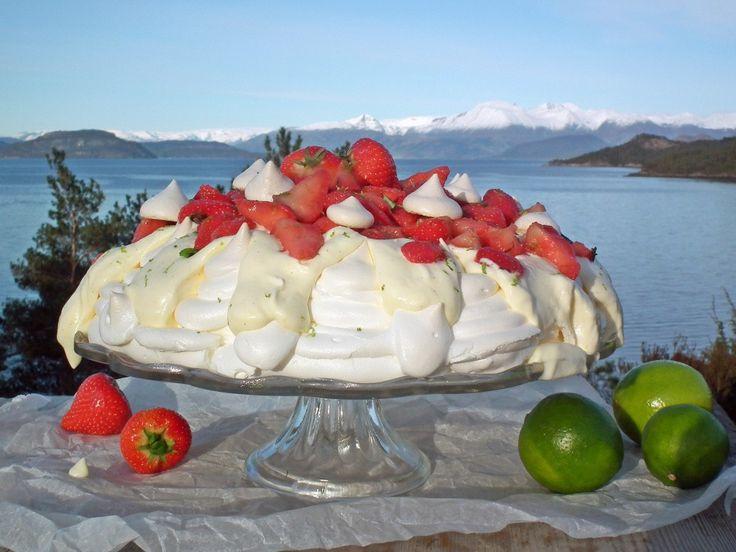Pavlova med vaniljekrem og lime- og basilikummarinerte jordbær {Bakemagi.no}
