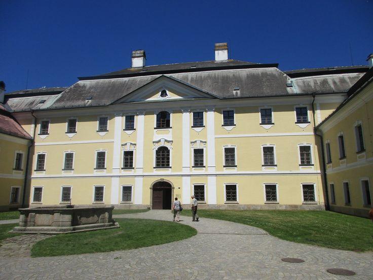Zámek a kašna - Žďár nad Sázavou - kraj Vysočina - česko