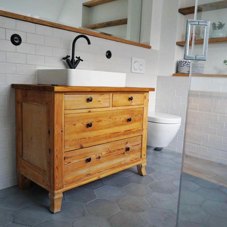 Die alte Kommode für den Waschtisch aufzuarbeiten war eine unserer besten Ideen. Sie hat so viel Stauraum und bringt einen tollen Charme in das Badez…
