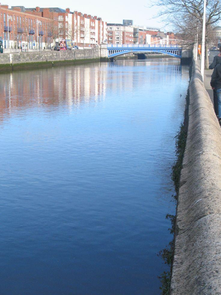 De Liffey verdeelt Dublin van oorsprong in een rijker zuidelijk deel en een armer noordelijk deel. De rivier ontspringt in de Wicklow Mountains, maakt een bocht naar het westen en stroomt dan 110 km terug naar het oosten naar de Dublin Bay. Slechts een laag muurtje moet ervoor zorgen dat je niet in het snelstromende water valt.