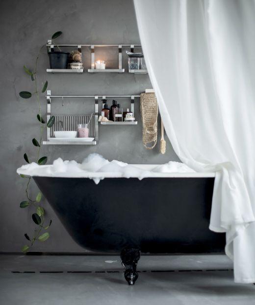 Maak een ontspannende wellnesszone in de badkamer en hang IKEA ENUDDEN wandopbergers naast het bad.