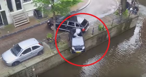 During This Car Chase In Amsterdam, Something Happened That The Criminals Weren't Prepared For!