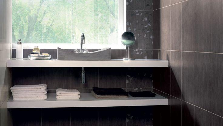Diseño ambientes cerámicos de colores sobrios y elegantes en color marrón donde la colocación de azulejos decorativos aporta el toque de color que convierte la decoración del baño en un diseño moderno y personal.  AMBIENTE REALIZADO CON LA SERIE 336 MARRON + DECOR ESTAMBUL + PAV 409 MARRON.