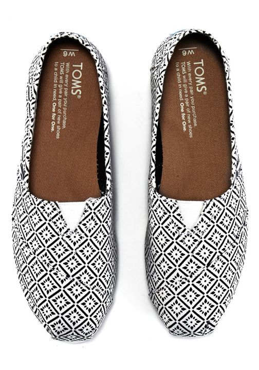 Enjoy your TOMS Classics with an energizing geometric print. Comfortable and effortless, these slip-ons are perfect for everyday wear.