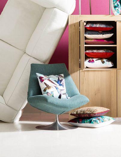 Geef een speelse draai aan je design interieur met een kleurrijke fauteuil in trendkleur turquoise zoals Goossens draaifauteuil Low. // via Goossens @ Villa ArenA