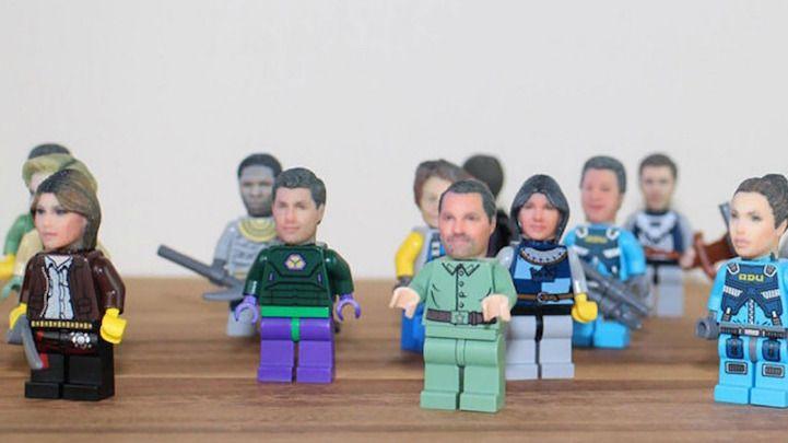 Bonecos com cabelos loiros, ruivos ou pretos. Brancos, asiáticos, negros. Mas, e se seu boneco fosse literalmente a sua cara? A ideia é da loja Funky 3D Faces, que produz cabeças de LEGO customizadas usando uma impressora 3D colorida. Além de ser um produto super criativo, dá até vontade de guardar com mais cuidado ou até expor em um lugar que os amigos possam ver!