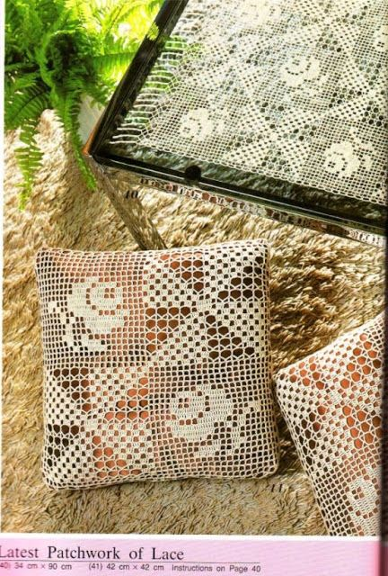 Almofadas e toalhinhas em crochê filê com triângulos e rosas