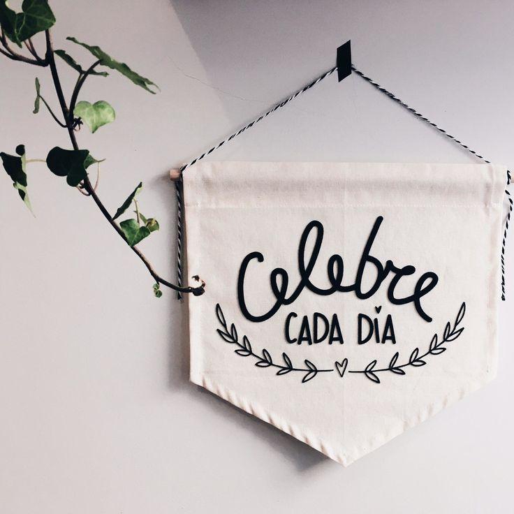 Celebre cada dia!!! Viva intensamente o agora!!    Material: Algodão Cru e Feltro    Tamanho Aproximado  30x35 cm  _____    Desenvolvidas com muito amor e dedicação  Estampadas, costuradas e embaladas manualmente  Enviamos para todo o Brasil