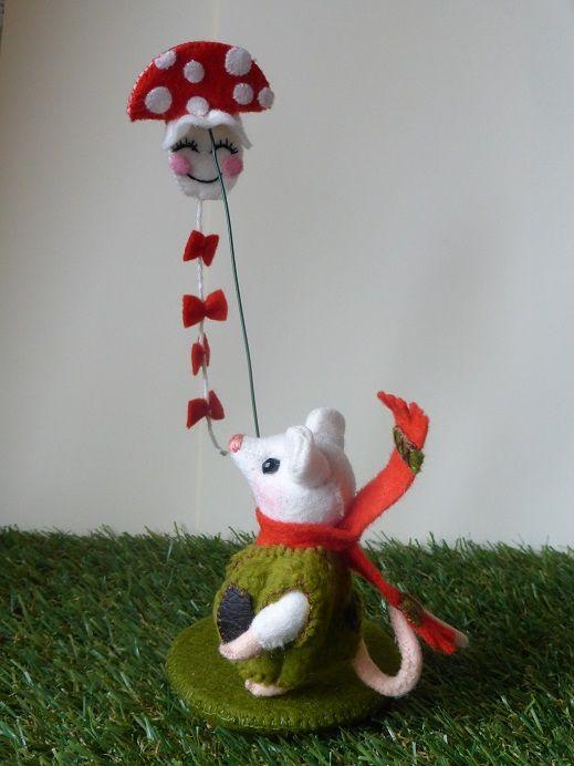 Vliegeren  Thijs heeft een lekker warm jasje aangetrokken en een sjaal. Buiten waait het lekker en Thijs wil gaan vliegeren. hij wacht op een windje en kijk daar gaat de vlieger hopla in de lucht. Dit is weer een leuk pakketje uit de serie van Rood met witte stippen