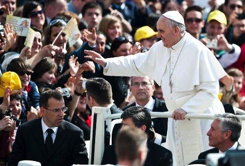 """El Papa pide a multitud aclamar a Jesús en lugar de corear el nombre de """"Francisco"""""""