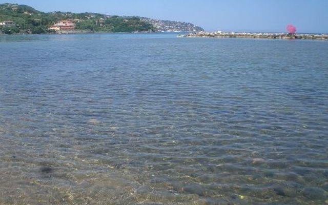BAndiera verde su 134 spiagge italiane Anche quest'anno è uscito l'elenco delle spiagge premiate con la bandiera verde che le indica come a misura di bambino.  La bandiera verde è un riconoscimento coordinato da Italo Farnetani che con  #mare #spiaggia #bambini #genitori