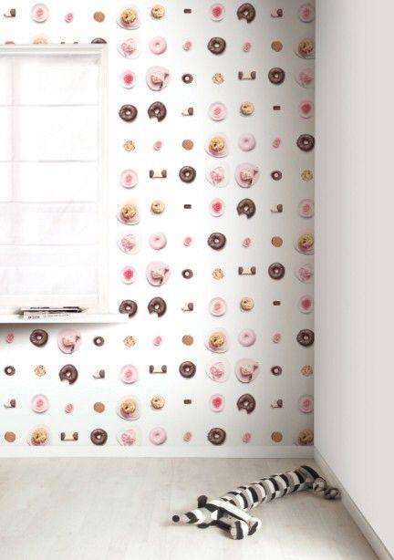 Met dit behang zal het lijken alsof je muren bedekt zijn met eindeloze lange chocoladerepen, snoep of ontelbaar veel lolly's yammy!! Hans en Grietje zouden hier jaloers om zijn. Met dit behang maak je de zoetste kamer ooit.