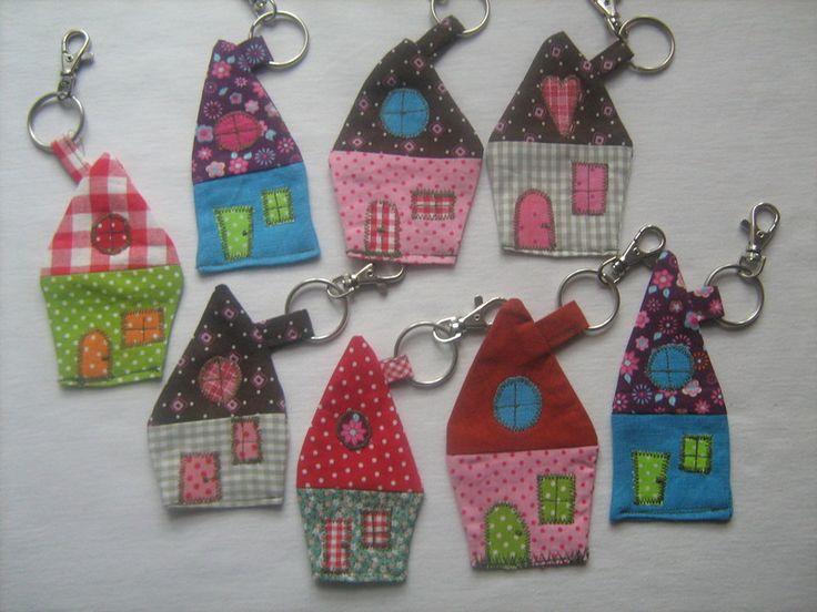 Süße Anhänger für den Hausschlüssel, für die Tasche...  Schön leicht, klappert nicht und der Schlüssel läßt sich in einer vollen Tasche leicht finden. de.dawanda.com http://www.pinterest.com/littleshabby1/sew-sweet/