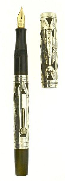WATERMAN 452, stylo plume des années vingt. Ebonite noire (légère décoloration) avec un habillage argent décor Basket Weave. Plume or n° 2 moyenne et souple, remplissage levier (poche à changer).  Deux