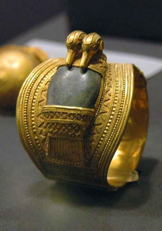 . Brazal EGIPTO, en oro w / incrustaciones, inscrita al rey Ramsés II