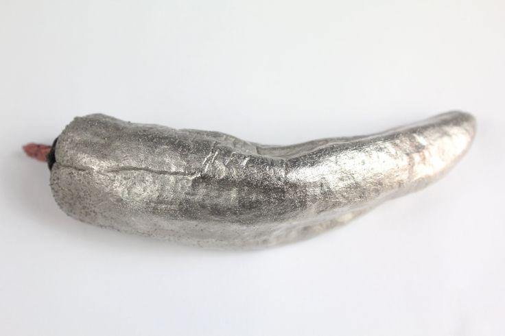 """Eine Chillischote im """"Nickelmantel"""". Eine Nickelschicht ist die ideale Grundierung um später glänzende Goldschichten zu erzeugen."""