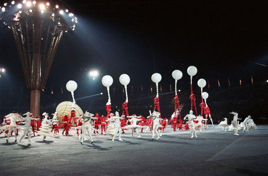 L'un des tableaux de la chorégraphie de Philippe Decouflé pour la cérémonie d'ouverture des Jeux olympiques d'hiver à Albertville, le 8 février 1992.