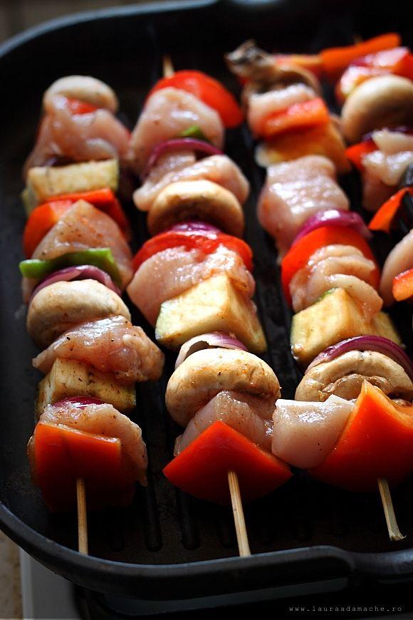 Frigarui de pui la gratar cu legume. Cum se prepara niste delicioase frigarui de pui. Reteta dietetica dukan pentru croaziera. Reteta cu pui.