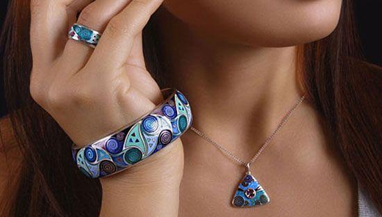 Украшения из серебра с эмалью – элегантные, благородные и необычные, они идеально вписываются в последние модные тенденции и подойдут к любому гардеробу и любому образу.
