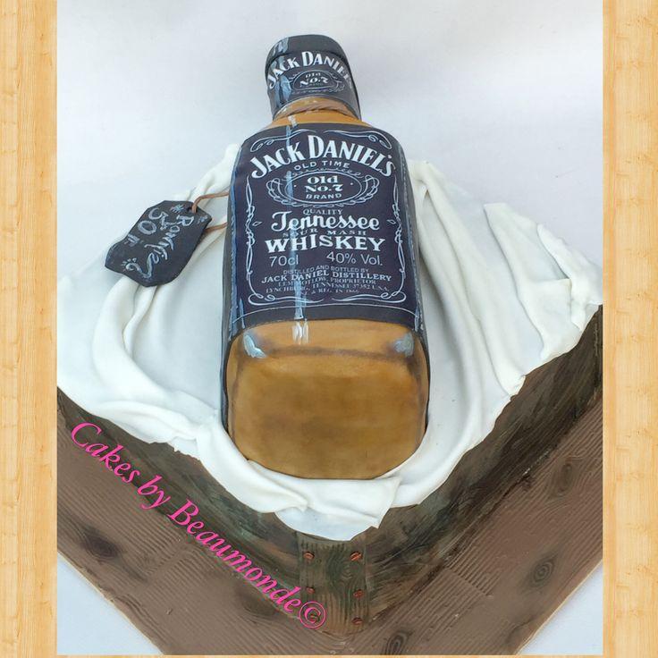 Taart in de vorm van een Whiskey fles op een kistje (ook van taart). Jack Daniels bottle cake on a crate.