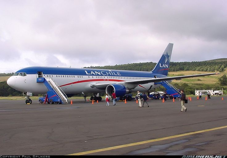 LAN Chile Boeing 767-316/ER CC-CEB taking on passengers at Easter Island-Mataveri, July 2000. (Photo: Paul Spijkers)