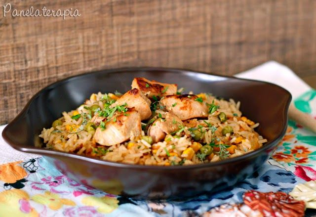 """Em Sorocaba e região tem uma receita tradicional de arroz com frango, mas essa eu fiz na intuição e do meu modo mesmo. Está mais para """"galinhada"""", só que em vez de usar todas partes do …"""
