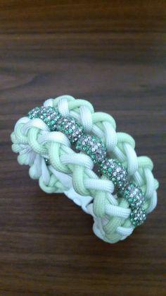 Inspiratie: womans glow in the dark neon green/white beaded paracord bracelet…