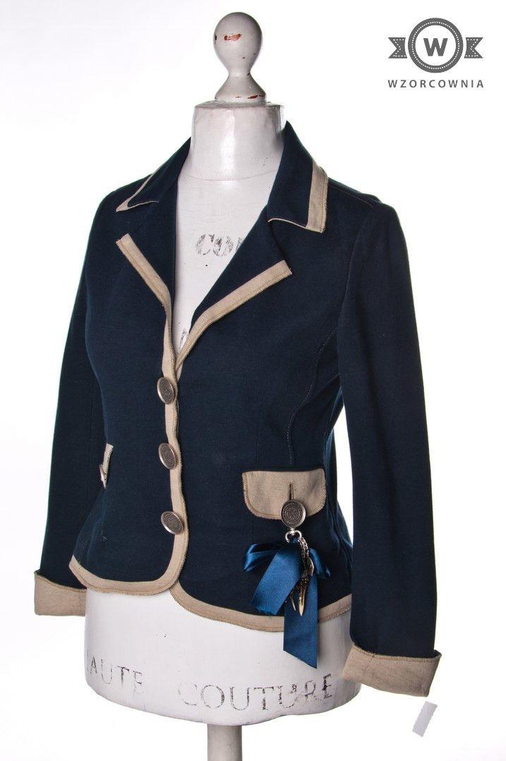 >> Granatowy #żakiet z beżowym wykończeniem i breloczkiem przy kieszeni #Wzorcownia online | #AngieMiller #jacket