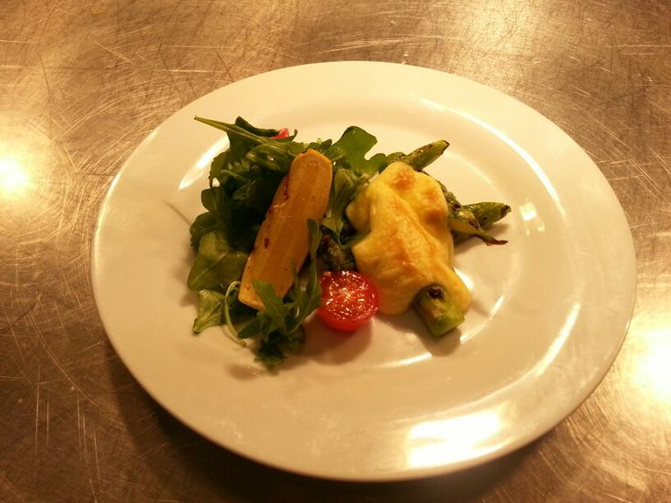 Hot starter hollandaise and asparagus