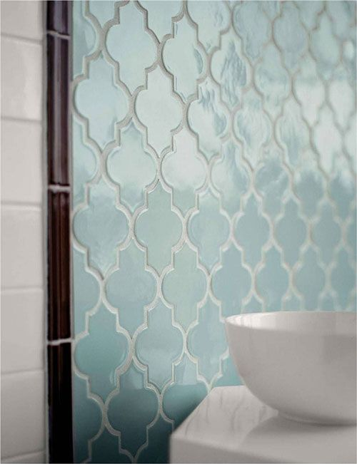 Love these tesselating palest blue tiles for the bathroom. Badkamer met Marokkaanse tegels | Interieur inrichting