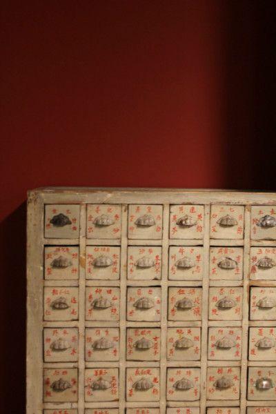 Close up van een prachtig origineel Chinees apothekerskastje. 1 malig dus kom eens kijken @ Colonial Warehouse Kessenich