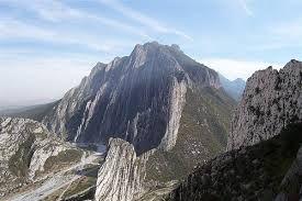 Cañón de la Huasteca Se localiza a 9.5 km al sur de la ciudad, en el Parque Nacional Cumbres de Monterrey. Este gigante pétreo, con más de 305 m de profundidad, presume sus caprichosas formaciones de roca y sus crestas montañosas.El lugar es ideal para practicar la observación de flora y fauna, sobretodo en sus partes más elevadas cubiertas por bosques de pinos y encinos.