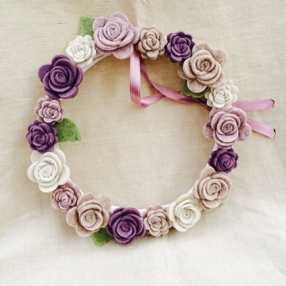 Fiocco nascita/Decorazione per camera/Ghirlanda fuori porta.Ghirlanda in vimini bianco ricoperta di rose grandi e piccole e foglie in feltro