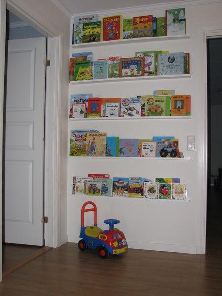 Bilder från lekrum och två barnrum. Bokhylla i lekrummet.. Lekrummet.. Lekrummet.. Tåg i lekrummet.. Födelsedagståg.
