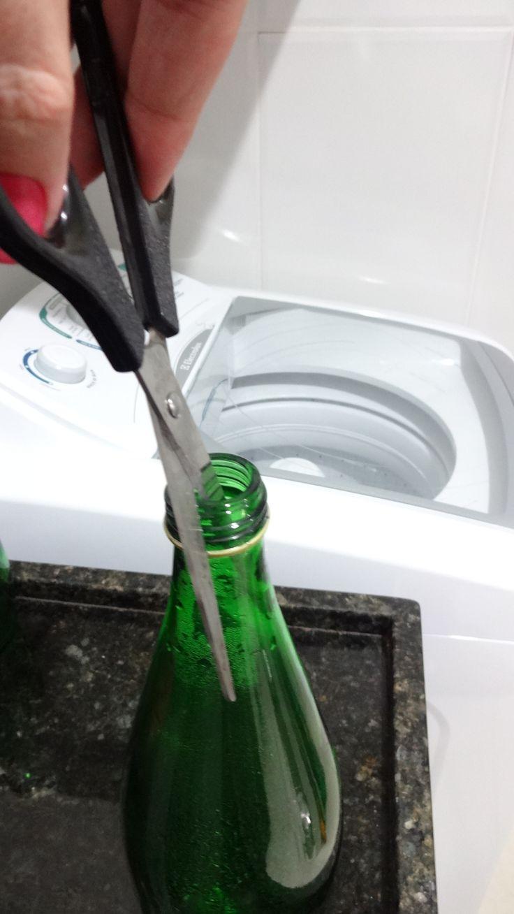 Minha avó era costureira e cresci vendo ela amolar a tesoura na boca de uma garrafa.