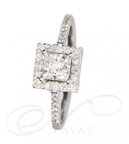 Solitario Modelo AFRICA, se realiza en oro de Primera Ley. Es un solitario de corte clásico en su diseño, basado en las garras y el orlado con diamantes talla brillante que rodean a la gema central, que, como novedad, se presenta en talla princesa. Todas estas características convierten a esta joya de diamantes en un anillo con presencia y elegancia.