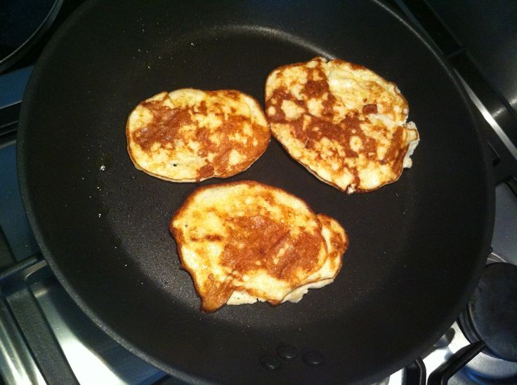Deze lekkere ei pannenkoek maak je van eiwit, banaan en hüttenkäse. Heerlijk als ontbijt. Zo gemaakt, lekker en super gezond! Lees hier het recept.