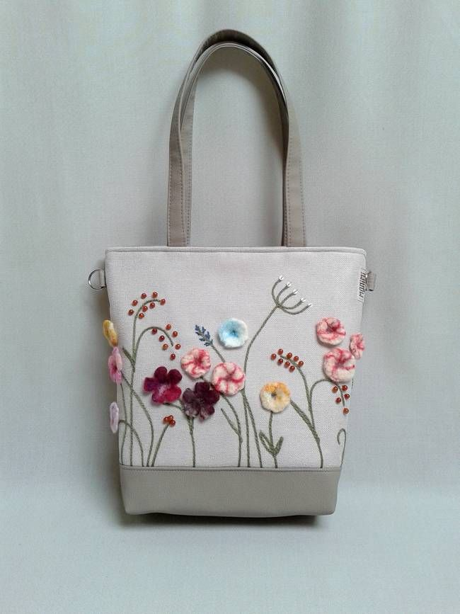 """Sok-sok apró nemez virággal igazi nyári rétet varázsoltam erre a táskára. A natúr alapon szinte életre kelnek ezek a szép kis virágok. Apró kis kerek karneol köveket varrtam a """"rétre"""". A táska így finom, visszafogott, de nyáriasan vidám lett. A karneol az életerő és az életöröm köve. Monimi #Crystal #női #táska"""