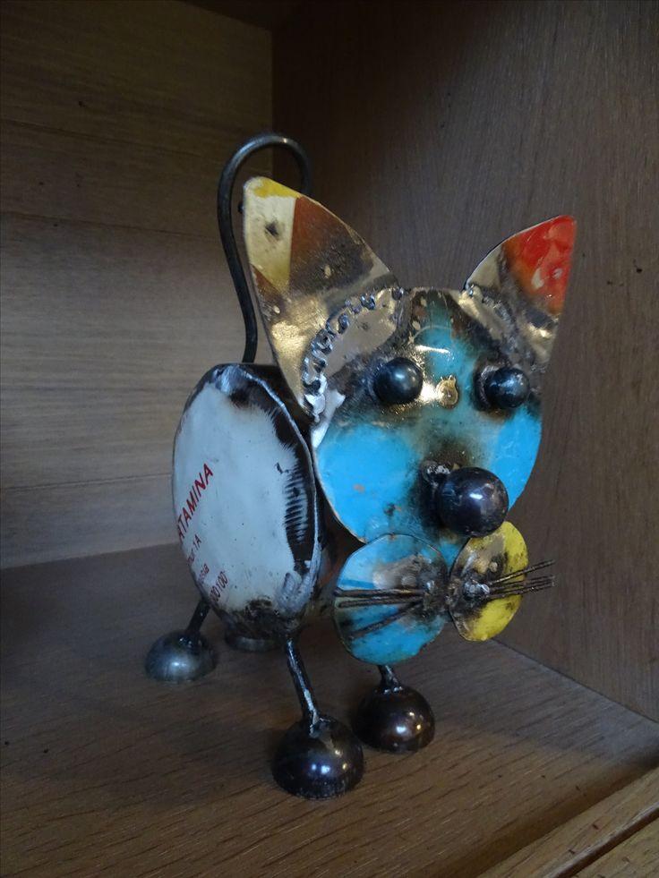 deco en metal recyclé: un petit chat, coloré, style industriel chic
