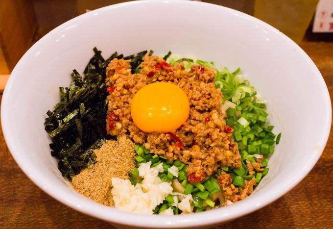 最近東京でも大ブームとなっている、台湾まぜそばが食べられる京都では貴重なお店。発祥のお店に教わったというこの1杯は、その王道の味わいをしっかり継承しています。ピリ辛の台湾ミンチにニンニク・ニラなどの野菜、更に魚粉や海苔に卵黄などを自慢の自家製麺と混ぜ合わせれば鬼に金棒。かなり味濃いめで好みは分かれるでしょうが、ハマれば病み付きになること必至。〆には無料のご飯を入れ、残ったミンチや野菜などを味わい尽くすのがベストです。もう1つの看板メニュー、マイルドな味わいの鶏白湯ラーメンもオススメ。
