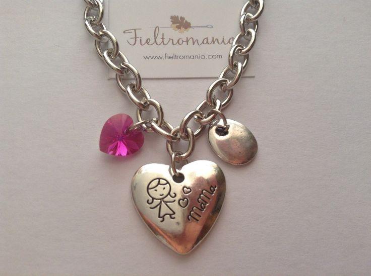 Colgante Corazón Mamá Colgante Medalla Corazón Mamá (22 x 20 mm) con colgante plano bañado en plata y corazón de cristal Swarovski a elegir en color rosa, verde o ámbar.