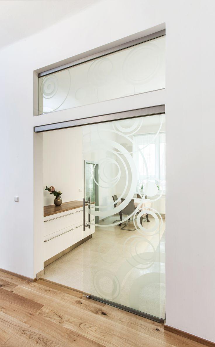 Realizace posuvného systému TRIX Heavy od JAP, s pískovaným motivem #sklo#design#interier#bydleni#house#pískovanésklo#sandblasted#doors#dveře#door#modern#pocketdoors#glassdoors#glasswall