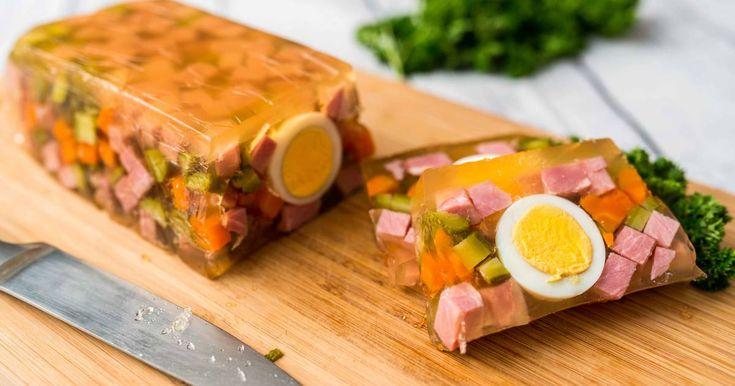 Mennyei Húsvéti sonka aszpikban recept! A húsvét, és év közben a hidegtálak egyik elmaradhatatlan darabja a sonkás-tojásos-zöldséges aszpik. Igazán dekoratív hideg előétel! Ezért készítettünk Nektek egy jó húsvéti sonka aszpikban receptet! ;)
