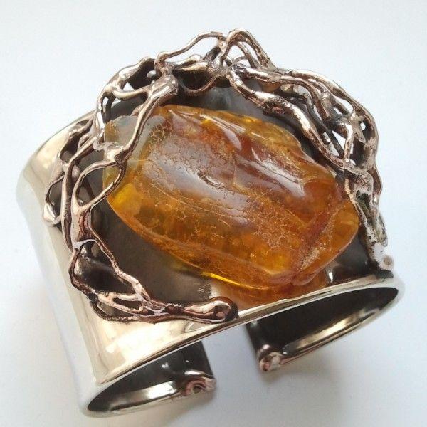 Oryginalna bransoletka z bryłką naturalnego bursztynu, w całości wykonana ręcznie. Wykonana z alpaki i miedzi. Idealny prezent pod choinkę.