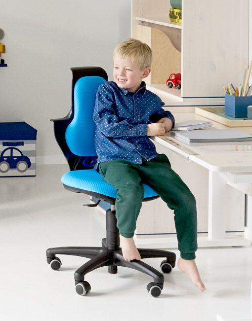 Silla de estudio azulideal para el trabajo diario. Magnífica silla pequeña para el estudio de los más pequeños. El respaldo alto proporciona máxima comodidad. Silla ergonómica regulable en altura en color negroy asiento y respaldo tapizado azul.  Características de la silla de estudio azulinfantil:    Medidas: 60 x 60cm y 85a 94 de alto   Altura asiento:37