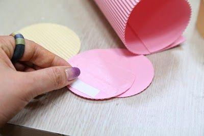 Cómo hacer una caja de regalo cilíndrica con cartón corrugado