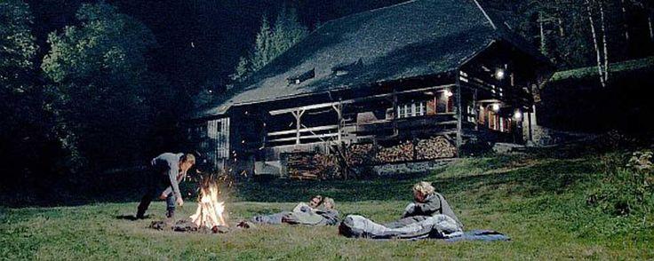 Black forest (2010) THRILLER – DURATA 79′ – GERMANIA Eva, Sabine, Jürgen & Mike fanno una vacanza a contatto con la natura in una remota fattoria della Foresta Nera, per godere un paio di giorni lontano dal rumore della civiltà. Come Jürgen ripara una vecchia TV, l'apparecchio improvvisamente sviluppa una propria vita…