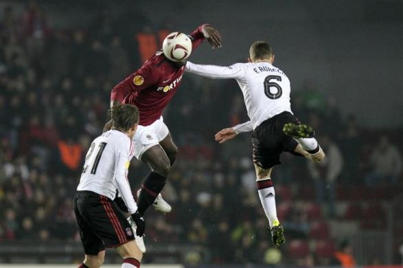 Sparta Prague's Martin Achille Abena Biholong (C) challenges Liverpool's Lucas (L) and Fabio Aurelio (R) during their Europa League round of 32, first leg soccer match in Prague February 17, 2011.  REUTERS/Petr Josek